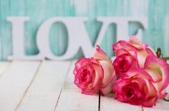 Postal con las flores elegantes y el amor de la palabra fotografía de archivo libre de regalías