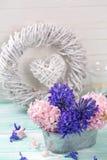 Postal con los jacintos de las flores frescas en cuenco en la pintura de la turquesa Foto de archivo libre de regalías