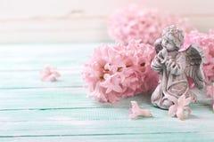 Postal con los jacintos de las flores frescas y ángel en la turquesa Imágenes de archivo libres de regalías