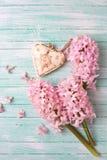 Postal con los jacintos de las flores frescas y el corazón decorativo Fotos de archivo libres de regalías