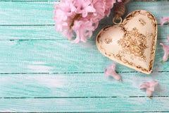 Postal con los jacintos de las flores y el corazón decorativo beige Foto de archivo