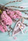 Postal con los jacintos, las flores del sauce y rústico decorativo Foto de archivo