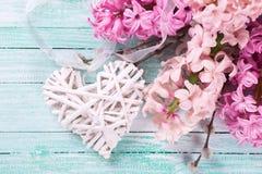 Postal con los jacintos rosados frescos y el corazón decorativo Imagen de archivo