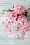 Postal con los jacintos y las flores del sauce y los botones rosados Foto de archivo