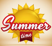 Postal con Sun brillante y cinta roja para el verano, ejemplo del vector Fotografía de archivo libre de regalías