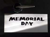 Postal de la caligrafía y de las letras del Memorial Day con el inkstand Sombra de la visión superior y de la luz del sol Imágenes de archivo libres de regalías