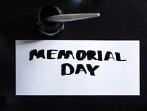 Postal de la caligrafía y de las letras del Memorial Day con el inkstand Visión superior Imagen de archivo libre de regalías
