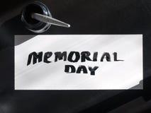 Postal de la caligrafía y de las letras del Memorial Day con el inkstand Visión superior y luz del sol Foto de archivo