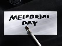 Postal de la caligrafía y de las letras del Memorial Day con la pluma salvaje Visión superior Foto de archivo libre de regalías