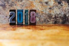 postal de la Feliz Año Nuevo 2018 Vacaciones de invierno coloridas del símbolo de los dígitos de la prensa de copiar Navidad retr Imagen de archivo