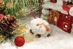 Postal de la Navidad con las ovejas del Año Nuevo Fotos de archivo libres de regalías