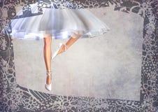 Postal de las piernas del ballet-dancer de la bailarina con el marco Fotografía de archivo