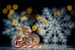 Postal del Año Nuevo con el corazón del juguete, el bastón de caramelo y los copos de nieve; Fotos de archivo libres de regalías
