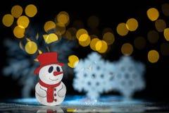 Postal del Año Nuevo con el muñeco de nieve y los copos de nieve del juguete; Imagen de archivo libre de regalías