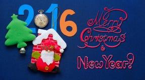 Postal del Año Nuevo con Santa Claus, la raspa de arenque y la inscripción congratulatoria Imagen de archivo