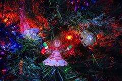 Postal 2018 del Año Nuevo de Papá Noel y del muñeco de nieve Imagen de archivo