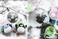 Postal del ` s del Año Nuevo, el Polo Norte y los pingüinos Decoraciones del ` s del Año Nuevo Foto de archivo
