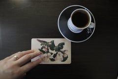 Postal del vintage con las flores y el café Imágenes de archivo libres de regalías