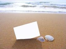 Postal en blanco en la arena Imágenes de archivo libres de regalías