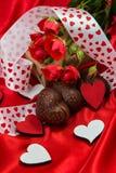 Postal en tonos rojos al día de tarjeta del día de San Valentín del santo Imagen de archivo libre de regalías