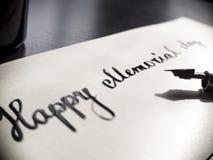 Postal feliz de la caligrafía y de las letras del Memorial Day Extremadamente primer y todas las palabras en marco Pequeñas carta Imagen de archivo