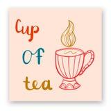 Postal linda con las letras y taza de té Foto de archivo