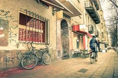 Postal retra del viaje del vintage de una calle estrecha en Berlín foto de archivo