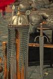 Postal vieja con la armadura y las armas medievales en la exhibición Foto de archivo