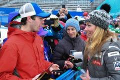 Postales de firma de Mikaela Shiffrin para la gente y los fans durante el eslalom gigante de Audi FIS el Ski World Cup Women alpi imagen de archivo