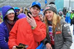 Postales de firma de Mikaela Shiffrin para la gente y los fans durante el eslalom gigante de Audi FIS el Ski World Cup Women alpi imágenes de archivo libres de regalías