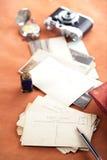 Postales de la foto, tinta del vintage, pluma, papel secante y cámara retros Foto de archivo libre de regalías
