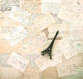 Postales y torre Eiffel francesas viejas del recuerdo Imagen de archivo