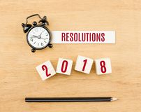 Postanowienia na drewnianym sześcianie z ołówkiem i zegarem 2018 nowy rok czerwień Fotografia Royalty Free