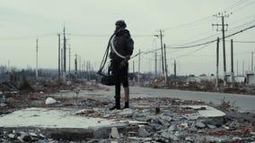 Postapocalypse,孤独的少妇在垃圾堆和被放弃的镇中走 影视素材