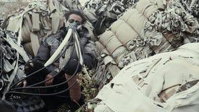 Postapocalypse,孤独的少妇在垃圾堆,废墟中坐 影视素材
