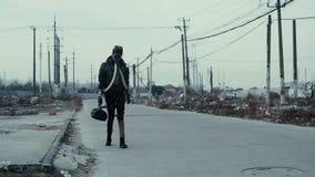 Postapocalypse, μόνοι νέοι περίπατοι γυναικών ανάμεσα στην απόρριψη απορριμάτων και την εγκαταλειμμένη πόλη φιλμ μικρού μήκους