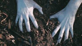 Postapocalypse 女孩爬行被烧焦的地球上 在烟和灰附近 影视素材