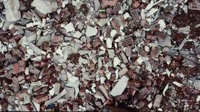 Postapocalypse, eenzame jonge vrouw zit amid de vernietigde gebouwen, ruïnes stock footage