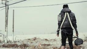 Postapocalypse, eenzame jonge vrouwengangen amid huisvuilstortplaats en verlaten stad stock footage