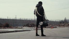 Postapocalypse, eenzame jonge vrouwengangen amid huisvuilstortplaats en verlaten stad stock videobeelden