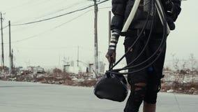 Postapocalypse, einsame junge Frau geht unter Müllkippe und verlassener Stadt stock video