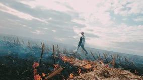 Postapocalypse Flicka på det brände fältet Runt om branden och röken stock video