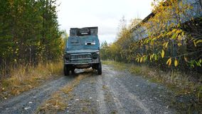 Postapocalyptic汽车在一排被放弃的工厂厂房旁边乘坐 影视素材