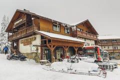 Postavaru瑞士山中的牧人小屋和除雪机 库存图片