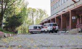 POSTAVY, WIT-RUSLAND - JULI 24, 2018: Twee ziekenwagens dichtbij het polikliniekgebouw Royalty-vrije Stock Afbeeldingen