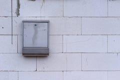 Postbox на стене блока цемента внешней Стоковые Фотографии RF