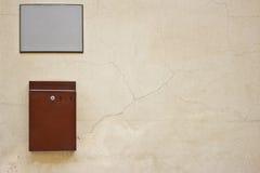 Postbox auf der Wand Lizenzfreie Stockfotografie