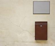 Postbox auf der Wand Lizenzfreie Stockfotos