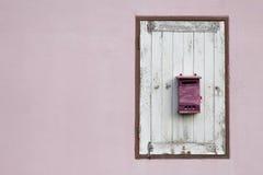 Postbox auf hölzernem Fenster Stockfotos