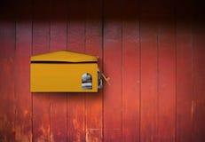 Postbox auf Holz lizenzfreie stockfotos